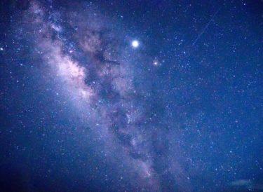 天の川をバックに記念撮影!波照間島の宿「ハウス美波」で星空ツアー