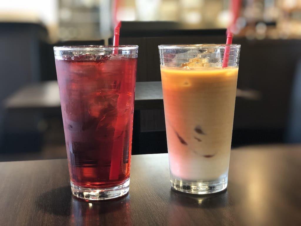 左:ハイビスカスティー、右:カフェオレ