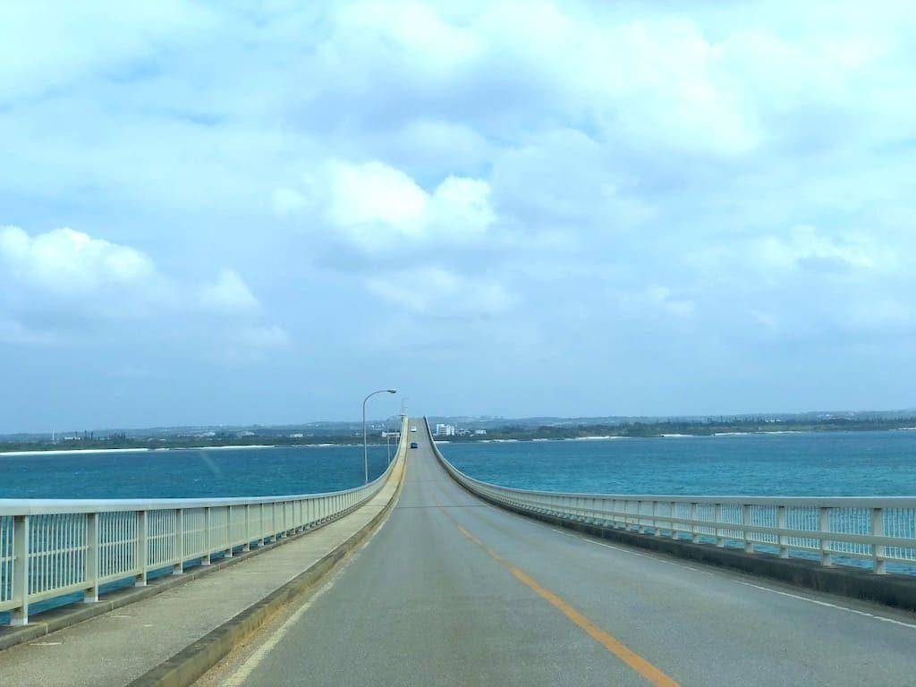 来間大橋をドライブ