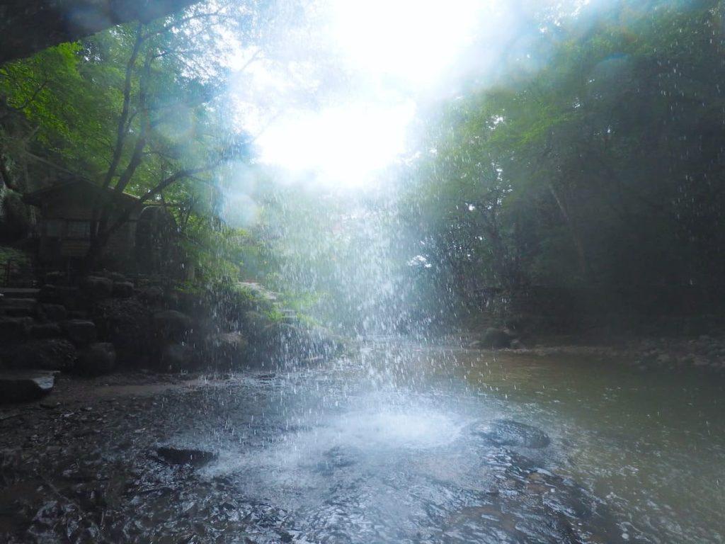滝の裏側 景色