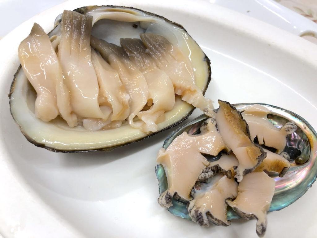 左:ホッキ貝、右:アワビ
