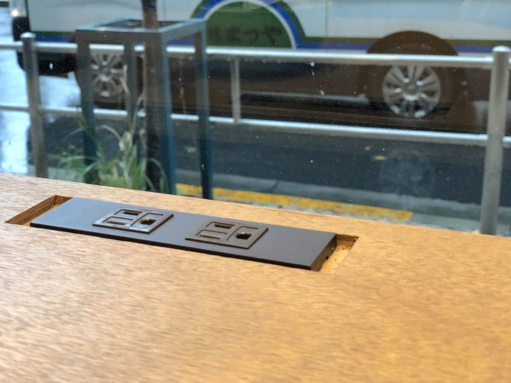 窓際のカウンター席は、電源付き