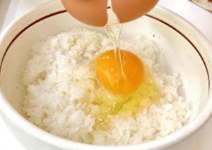 卵を割る瞬間